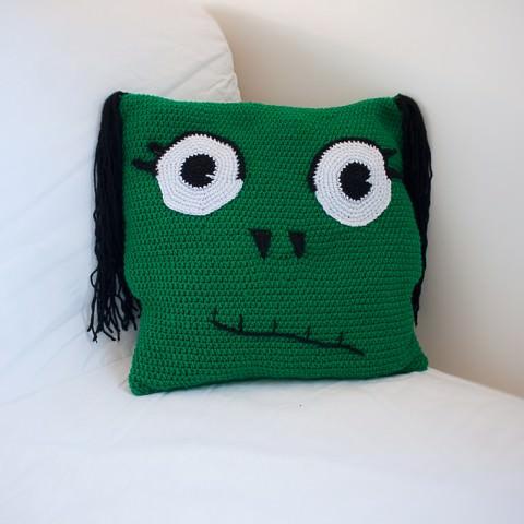 Coussin en crochet, laine acrylique et broderie motif zombie créé par le rat et 'lours graphiste