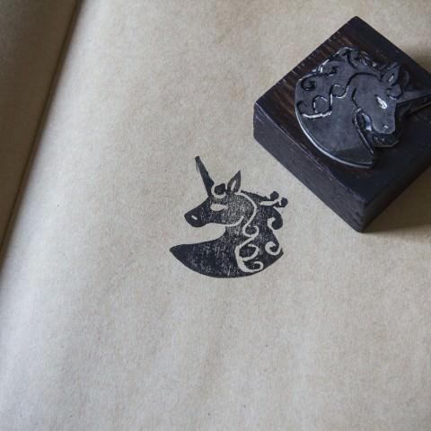 Tampon encreur, mis en situation, représentant une licorne, fait main par le rat et l'ours graphiste