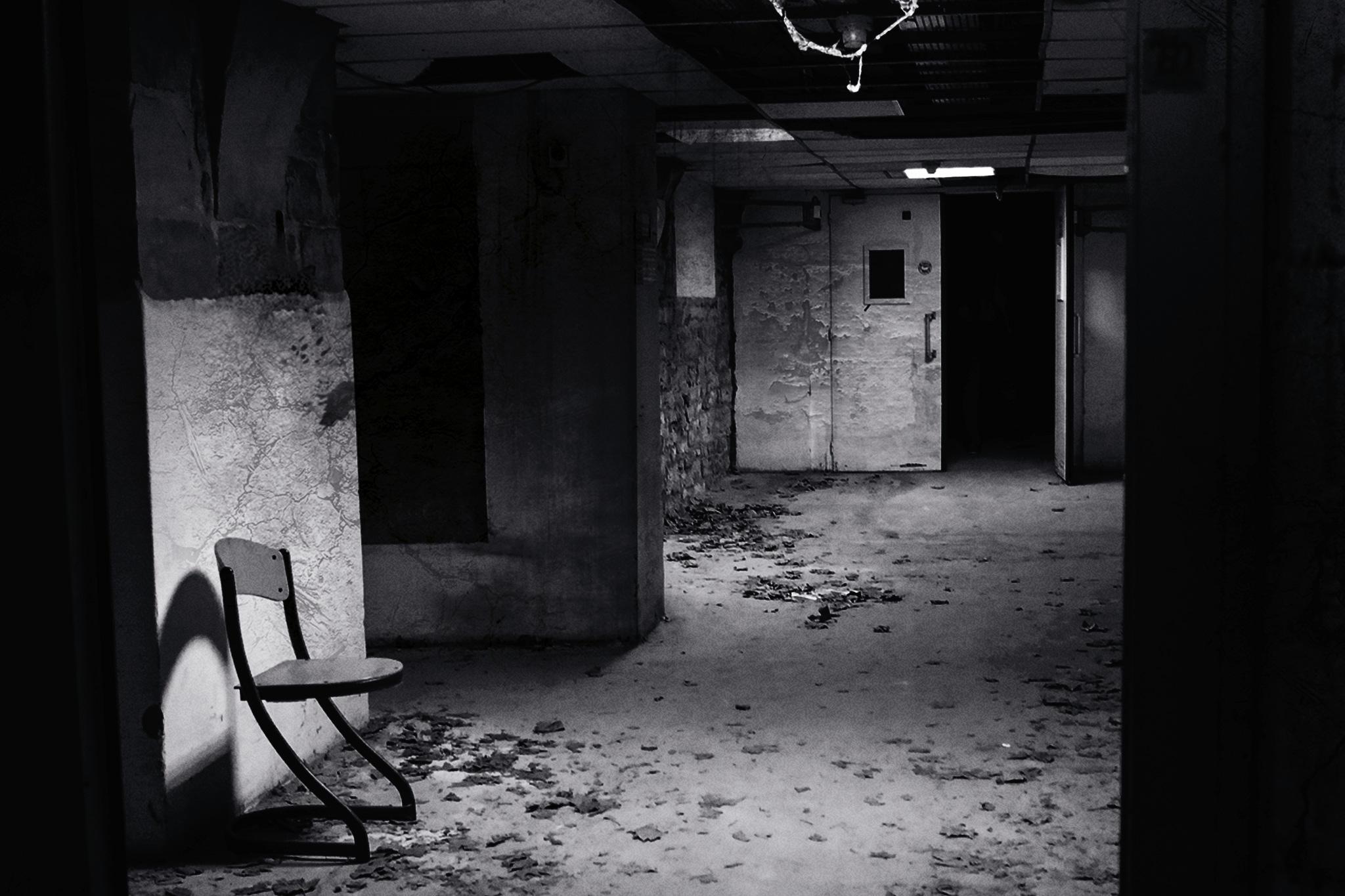 """Photographie urbex d'un couloir d'un hôpital abandonné pour la salle """"essais cliniques"""" de fug game live escape Besançon. Photographie par le rat et l'ours graphiste."""