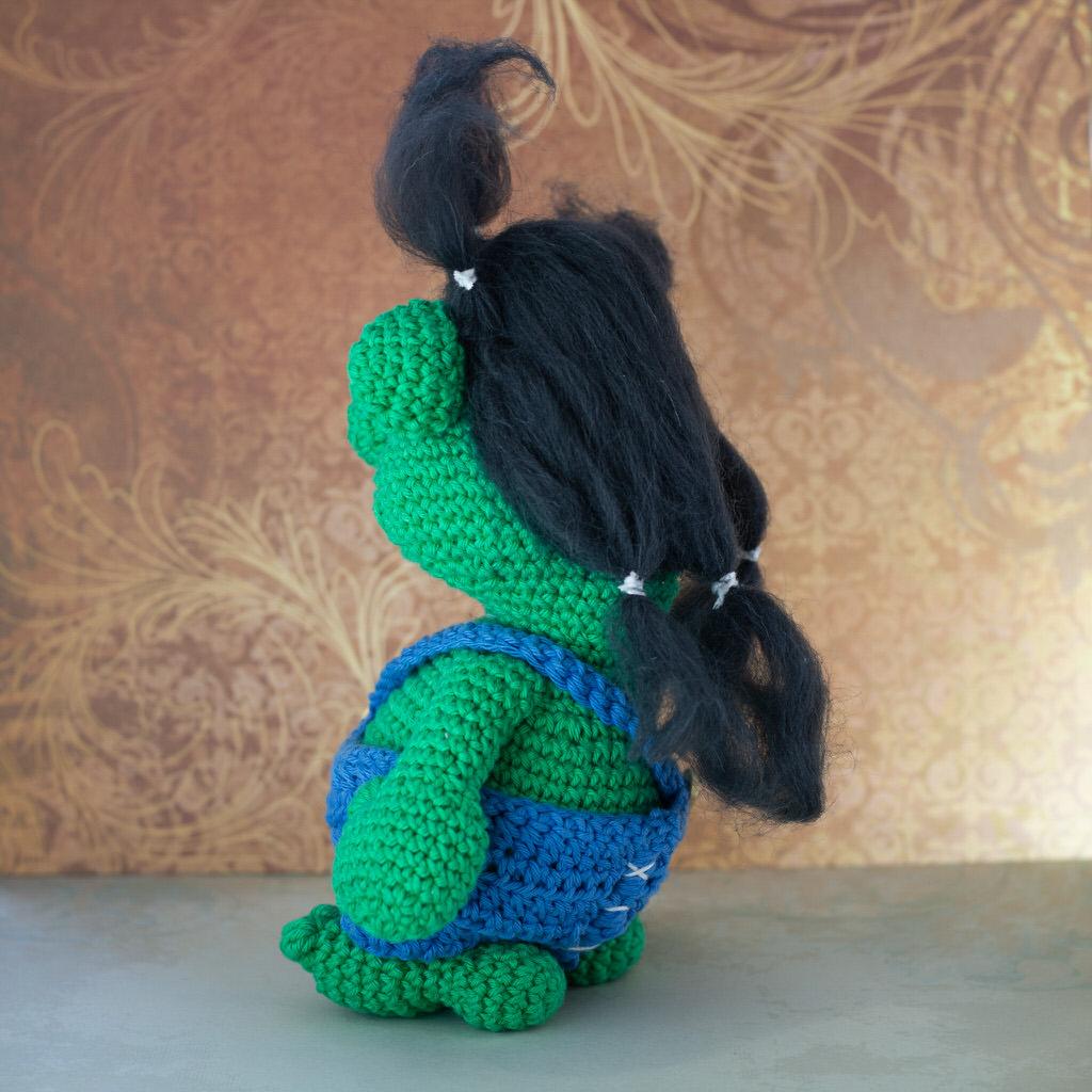"""Photo de dos de la Mascotte de l'événement """"Troll in game"""" faites entièrement en crochet par le rat et l'ours graphiste."""