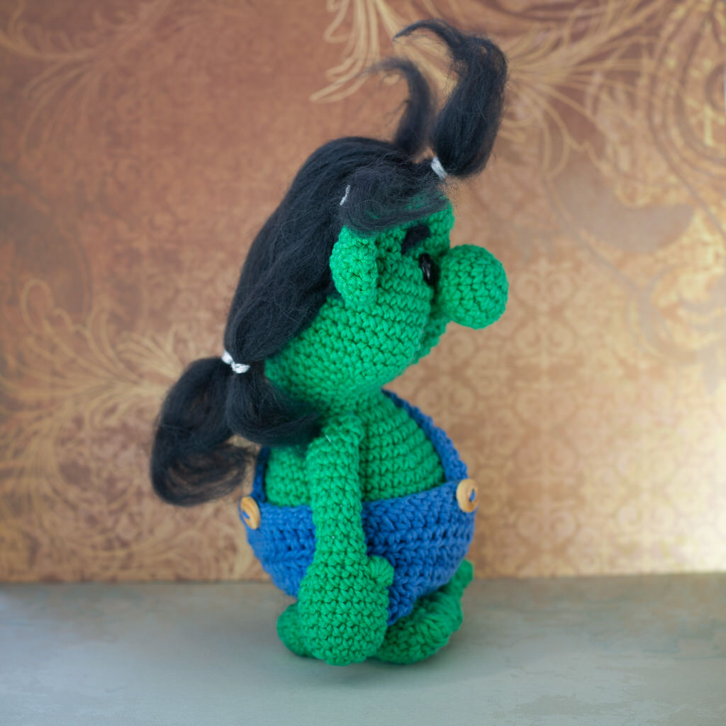 """Photo de coté de la Mascotte de l'événement """"Troll in game"""" faites entièrement en crochet par le rat et l'ours graphiste."""