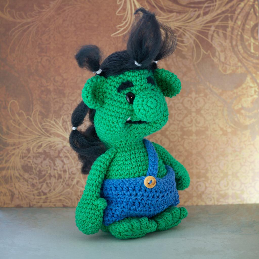 """Photo de la face avant de la Mascotte de l'événement """"Troll in game"""" faites entièrement en crochet par le rat et l'ours graphiste."""